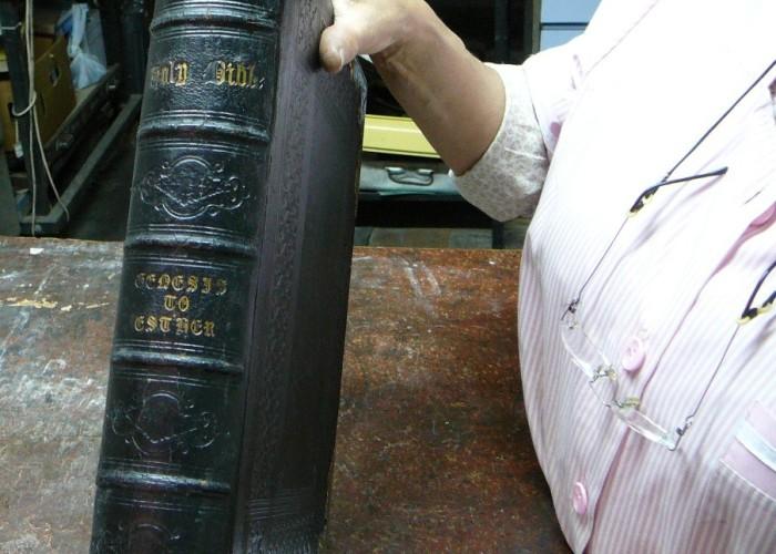 3-Restauro-di-un-libro-del-500-2-700x500