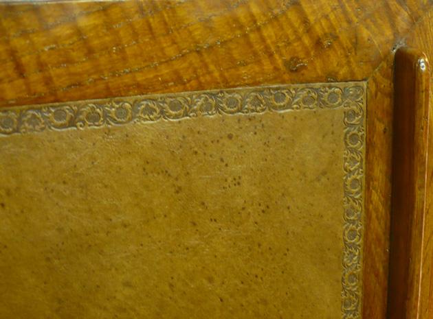 scrivania rivestita e decorata in cuoio